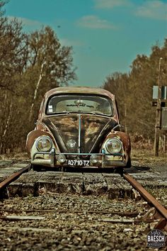 ☜(◕¨◕)☞ VW Beetle handles like its on rails. Auto Volkswagen, T3 Vw, Volkswagen Germany, Carros Vw, Kdf Wagen, Vw Vintage, Rusty Cars, Vw Cars, Cars Auto
