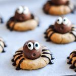 These Peanut Butter Spider Cookies are a cute and chocolatey Halloween treat! Make them with your favourite Lindor chocolate truffles. Easy Chocolate Chip Cookies, Chocolate Truffles, Peanut Butter Cookies, Melting Chocolate, Scary Halloween Food, Halloween Desserts, Halloween Treats, Healthy Halloween, Happy Halloween