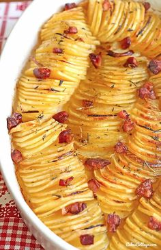 potato recipes The crispy potato roast with thinly sliced and seasoned potatoes - A beautiful and unique way to serve potatoes - great for holidays, or to make a regular day feel like one. Seasoned Potatoes, Crispy Potatoes, Russet Potatoes, Sliced Potatoes, Easy Roasted Potatoes, Hasselback Potatoes, Potatoes Au Gratin, Vegetable Dishes, Vegetable Recipes