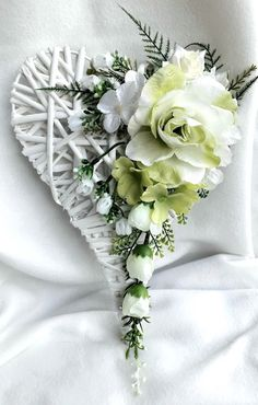 Wicker Hearts, Wooden Hearts, Christmas Flower Arrangements, Floral Arrangements, Diy Wreath, Mesh Wreaths, Funeral Flowers, Wedding Flowers, Vence