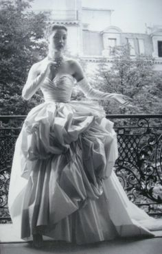 Vintage Christian Dior Haute Couture Photo by Willy Maywald Paris 1953 Vintage Dior, Vintage Mode, Vintage Couture, Vintage Glamour, Vintage Beauty, Vintage Paris, Dior Haute Couture, Couture Fashion, Vintage Outfits