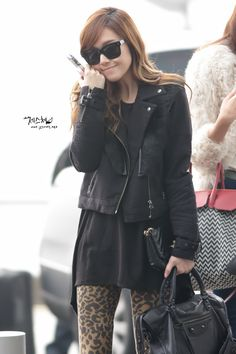 Jessica snsd airport fashion,she wears the leopard legging which is hit in 2013.