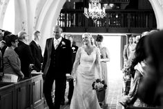 Bröllopsfotograf Helsingborg Raus kyrka. Ingång vigsel. Sanna Dolck, www.sannadolck.com/brollop.  Wedding photographer Sweden.