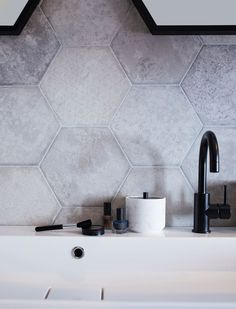 Le carrelage mural hexagonal dans la salle de bains