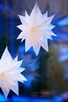 Tärkeimmät jouluaskartelutarvikkeet löytyvät valmiiksi kotoa: persoonallinen joulukalenteri ja upea joulutähti syntyvät eväspusseista ja kauniit paketit sekä koristeet voi- tai pergamiinipaperista. Christmas Diy, Christmas Decorations, Winter Wonderland, Seasons, Activities, Bird, Paper, Crafts, Inspiration