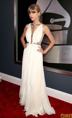 Taylor Swift trông như một nữ thần quyến rũ trên thảm đỏ Lễ trao giải Grammy trong bộ đầm trắng J. Mendel tuyệt đẹp.