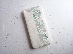 和紙を貼り込んだiPhoneカバーです。iPhone5/5s専用カバーです。麻の葉の漉き和紙に友禅和紙のかりゆしをラインで閉じこめました。薄っすらと浮かびあが... ハンドメイド、手作り、手仕事品の通販・販売・購入ならCreema。