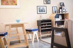 Ter autenticidade na hora de decorar a casa é imprescindível se voce quer um cantinho com a sua cara. Contrastando com o piso de concreto, a mesa é formada por cavaletes sem acabando, dando ainda mais cara industrial a casa.