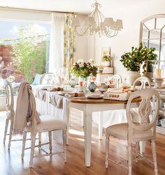 Una casa a medio camino entro lo sentimental y lo minimalista chicanddeco Cool Furniture, Furniture Design, White Furniture, Sweet Home, Dinner Room, Country Interior, Old Farm Houses, Cozy Living, Dream Decor