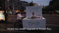 Excelente acción de una empresa costurera que aprovechó el lanzamiento del Iphone 6 para crear una genial acción. Un pequeño carrito se puso frente a la Apple Store de Amsterdam para coser los pantalones de los compradores del nuevo Iphone 6 Plus, con el fin de que los móviles grandes cupieran en sus bolsillos.