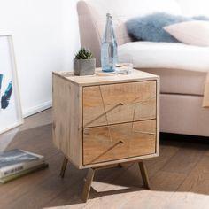 Das Nachtkästchen SIKAR mit zwei Schubladen und Knopfgriffen sorgt für heitere Fröhlichkeit im Schlafzimmer. Das Möbelstück im Kubusdesign steht auf vier Metallbeinen und wirkt in Kombination mit der feinen Ausarbeitung des massiven Mangoholzes erfrischend innovativ. Die Schubladen sind mit Komfortauszug ausgestattet und machen dieses Möbel zu einem rundum praktischen und gleichzeitig stilvollen Element in Ihren vier Wänden.