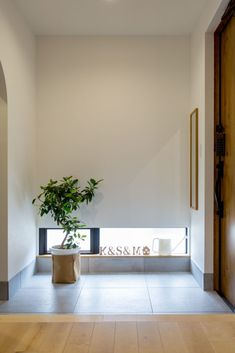 玄関・シューズクローク | 滋賀で設計士とつくる注文住宅 ルポハウス Hurry Home, Japanese House, Japanese Door, House Entrance, Life Design, Open Kitchen, New Tricks, Entryway, Door Entry