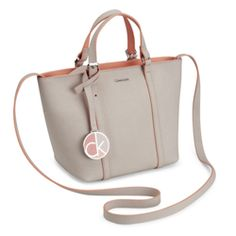 edb58633d9938d Η Sofie Mini Leather Tote από το Calvin Klein είναι η τέλεια τσάντα για όλη  την