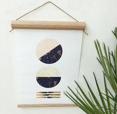 Trærammer er en af tidens HOTTESTE trendenser. Jeg har før lavet en DIY guide på trærammer for WOMAN.DK, og har siden ledt efter et helt særligt materiale: MAGNETBÅND!Båndet er skabt til os kvinde…