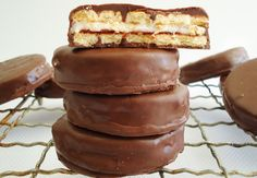 A little bit retro and whole lot delicious, discover how easy it is to make Wagon Wheels at home in your own kitchen. From a simple Wagon Wheel recipe to flavour alternatives, perfecting this childhood favourite is an absolute cinch.