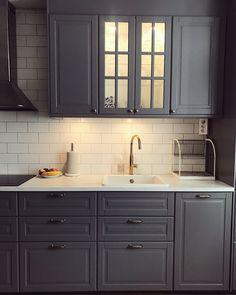 Grått kök kitchen bodbyn Kitchen Inspirations, Kitchen Design Small, Interior Design Mood Board, Kitchen Redesign, Restaurant Interior Design, Kitchen Decor, Kitchen Layout, Modern Kitchen Interiors, Kitchen Renovation