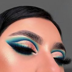 29 Colourful makeup looks the easiest way to update your look - stunning sapphire & emerald and gold makeup ideas . Dramatic Eye Makeup, Makeup Eye Looks, Colorful Eye Makeup, Eye Makeup Art, Cute Makeup, Eyeshadow Makeup, Skin Makeup, Gold Makeup, Eye Makeup Cut Crease