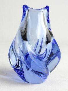 Lavoro di vetro cristallo vetro acqua blu degli anni 50. Vetro di arte Ceca. I pezzi di vetro ceco sono piccole gemme.  eccellenti condizioni vintage  12, 5cm/4,92 alta 568g  articolo n.: 1611  Vi prego di contattarmi per calcolare spedizione combinata. Grazie per il vostro interesse!  UE: Parcel < 1 kg: 10 Euro Parcel < 2-5 kg: 16 Euro Parcel < 5-10 kg: 22 Euro  GB: Parcel < 1 kg: 8 GBP Parcel < 2-5 kg: 12 GBP pacco < 5-10 kg: 16,5 GBP  Stati Uniti, in tutto il mondo: ...