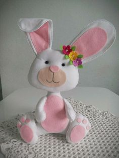 Eu Amo Artesanato: Coelho com molde Clay Crafts, Felt Crafts, Easter Crafts, Fabric Crafts, Dragon Crafts, Felt Embroidery, Felt Patterns, Easter Holidays, Felt Art