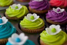 Hawaiian Cupcakes* These are fun for a shower too! Mini Wedding Cakes, Luau Wedding, Wedding Ideas, Luau Birthday, 10th Birthday, Birthday Ideas, Hawaiian Baby, Hawaiian Luau Party, Hawaiian Cupcakes