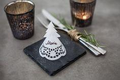 Drei Anleitungen für Namensschilder, die Deinen Weihnachtstisch schmücken könnten. * Silbernen Tannenbaum * Für den silbernen Tannenbaum habe ich eine Klopapierrolle, naturfarbenes Papier, silberne Acrylfarbe und einen kleinen Holzstern benutzt. * Namensschild aus Tassendeckchen * Dieser hübsche, weiße Tannenbaum ist … weiterlesen
