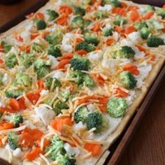 Cold Veggie Pizza Vegetable pizza is a quick and easy appetizer that everyone always seems to enjoy. This is literally THE BEST veggie pizza I like. Its so good, and lately i've been craving me some veggie pizza, so we are going to give it a try! Cold Vegetable Pizza, Vegetable Appetizers, Veg Pizza, Pizza Food, Cresent Roll Veggie Pizza, Healthy Food Recipes, Cooking Recipes, Yummy Food, Veggie Pizza Recipes