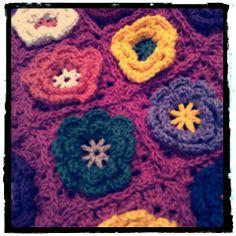 Flowers Pillow / Almofada com flores em crochê; Linha 100% algodão, DUNA, na Circulo.