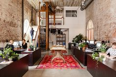 Office with exposed brick of Jessica Helgerson Interior Design (photography by Lincoln Barbour) Victorian Kitchen, Victorian Homes, Modern Victorian, Interior Design Photography, Modern Interior Design, Brownstone Homes, Four Square Homes, Loft Office, Office Spaces