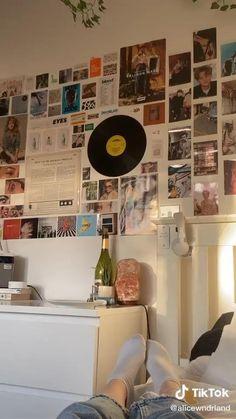 Retro Room, Vintage Room, Bedroom Vintage, Room Ideas Bedroom, Room Wall Decor, Bedroom Decor, Bedroom Furniture, Artistic Room, Music Bedroom