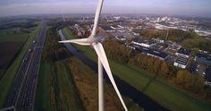 Eén van onze twee windmolens in Deventer. Je kunt ze vanaf de A1 bewonderen. Deze twee windmolens zijn onderdeel van Windpark Kloosterlanden. Hier wordt genoeg energie opgewekt voor 2.800 huishoudens!