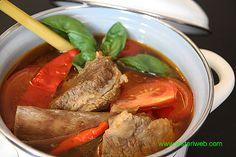 PINDANG TULANG IGA oder Fleisch-Knochen Suppe ist ein typisches Gericht aus der Stadt Palembang, die Hauptstadt der Provinz Süd-Sumatra. Aber du kannst heutzutage dieses Gericht fast überall im ganzen Indonesien finden. Es schmeckt wirklich toll, eine perfekt Kombination zwischen süß, sauer und scharf ;-)