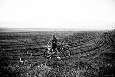 Helmet, motorcycle, motocross, moto, capacete, menina, mulher, fotografia, sessão, guitar, music, girl, woman, photography, session, 15 anos, ensaio, 12 anos, fifteen, 15 years, instrument, jeans azul, jeans blue, black preto, vermelho, red, dress, ensaio fotográfico, amandalgr, eduardo brandão, amanda luiza, denós fotografia