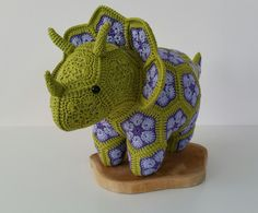 Crochet Pattern For Beginners Stitches from Holland: Triceratops dino van african flowers African Flower Crochet Animals, Crochet Flower Patterns, Crochet Flowers, Crochet Dinosaur Patterns, Crochet Crafts, Crochet Dolls, Crochet Projects, Crochet Granny, Knit Crochet