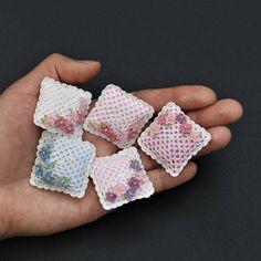 Almohada de ganchillo de una miniatura en blanco con flores pequeñas. Rellena con relleno mullido suave en un caso del algodón.  ¡Elegir el color de la segunda foto!  Cada uno mide 3.2 x 3.2 cm (1 1/4 x 1 1/4).  Hecho a mano de ganchillo con hilo de coser de algodón por mí.   Sólo pagas gastos de envío por el primer punto en su orden, cualquier elemento adicional naves gratis en el mismo orden.