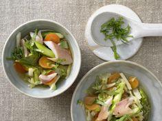 Leichter Gemüseeintopf mit Forellenfilet: Spitzkohl, grüner Spargel und Möhren geben dem fettarmen Eintopf mit Forellenfilet viel Geschmack und Vitamine.