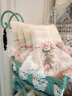 Shabby Vintage Look Shabby Chic House Decor Baños Shabby Chic, Shabby Style, Shabby Chic Crafts, Vintage Shabby Chic, Vintage Lace, Shabby Chic Towels, Aprons Vintage, Manualidades Shabby Chic, Pearl And Lace