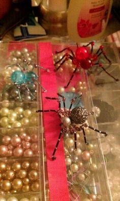 Bead spiders - well why not? Beaded Crafts, Beaded Ornaments, Jewelry Crafts, Diy Crafts, Christmas Spider, Christmas Crafts, Spider Crafts, Make Your Own Jewelry, Jewelry Making