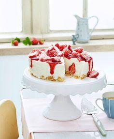 Köstliche Torte mit Erdbeeren und Kokos-Quark-Sahne. Der Boden aus Cornflakes und weißer Schokolade gelingt ohne Backofen.