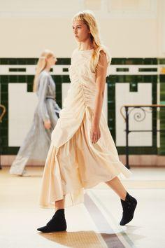 23. Gathered tunic in soft cotton poplin, gathered skirt in crispy cotton poplin, short boots in cotton denim