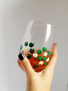 Plastic Bottle Decoration, Glass Bottle Crafts, Bottle Art, Glass Bottles, Cute Wine Glasses, Hand Painted Wine Glasses, Glass Paint Markers, Homemade Face Paints, Light Up Bottles