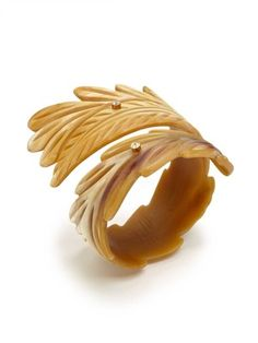Kevia Oversized Carved Horn Cuff (faire plastique)