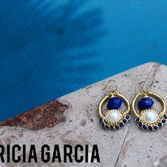 PG Aretes con gota lapislazuli, perla y cristales  #patriciagarciaaccesorios #chapadeoro #handmadejewerly #handmade #hechoamano #mexicocreativo #diseñomexicano #arte #fashion #lapizlasuli #pg #blue #sinaloa