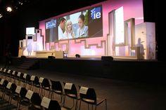 El escenario del IE Business School Alumni Fórum, con los músicos 'escondidos' tras pantallas semi transparentes.