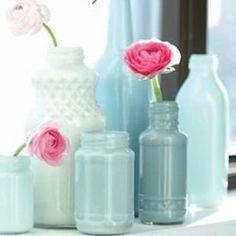 Alte Flaschen sammeln und die Innenseite mit Lackfarbe bearbeiten. Super DIY Idee