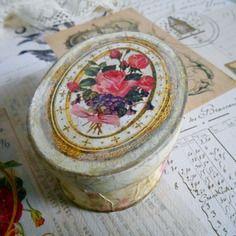 Boite vintage rétro, médaillon roses, patiné effet vieilli