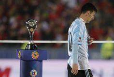 Messi pensativo y dolido. Premiación Copa América Chile 2015.