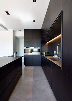 Great kitchen design (although I personally would prefer lighter colors) with lots of space and storage. Seamless flooring in concrete optics. | Tolles Küchendesign (obwohl ich hellere Farben bevorzugen würde) mit viel Platz und Stauraum. Fugenloser Boden in Betonoptik. #interiordesign #kitchendesign #küchendesign #flooring #boden