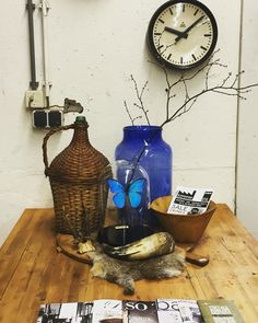 Blue Blue Blue.. We love to decorate with this amazing goods! @industrieelenvintage.nl  #stationsklok #blue #bluedecoration #winebottle #butterfly #vlinder #gewei #hoorn #vintageshop #vintage #vases #broodplank #wood #old #oldgoods #dehandelsfabriek