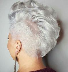 Spierwit haar is echt BAAS in kort haar! De laatste jaren is een spierwitte haarkleuring super populair en wij kunnen dit alleen maar beamen, want wit is echt een vet stoere kleur in een kortgeknipt kapsel! - Kapsels voor haar