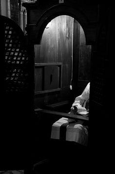 """""""Esperando una confesión"""". Foto de Damián, con una licencia Creative Commons Atribución-CompartirIgual 2.0 Genérica (CC BY-SA 2.0)."""